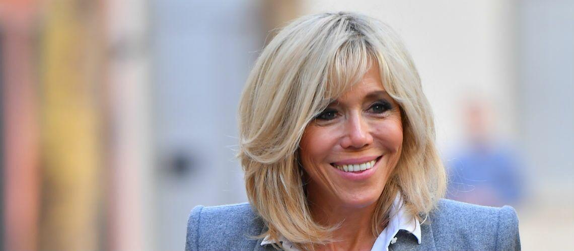 PHOTOS – Pour lire la dictée d'Ela, Brigitte Macron redevient institutrice en slim et blazer gris