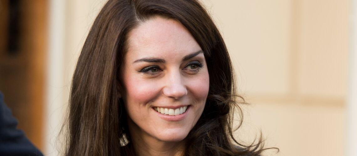Pourquoi Kate Middleton porte toujours ses sacs à deux mains?