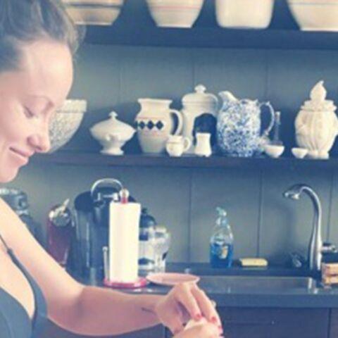 Olivia Wilde dévoile son joli baby bump en cuisinant