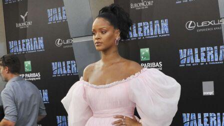 VIDEO – Rihanna   étonnante dans une robe de mariée rose bonbon sur le  tapis rouge e458cfd3e4f
