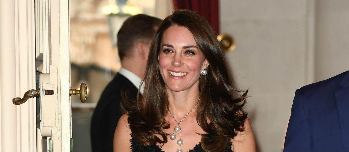 PHOTOS – Kate Middleton, élégante en robe décolletée noire, à Paris
