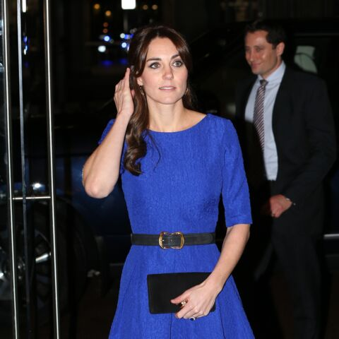 Princesse Kate, en bleu lors des Fostering Awards