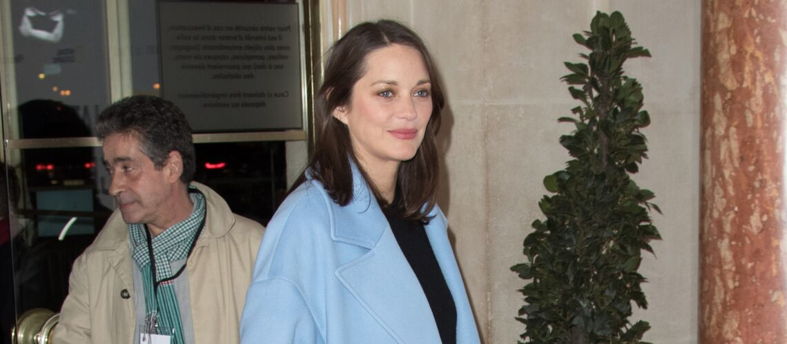 On veut le manteau extra long de Marion Cotillard
