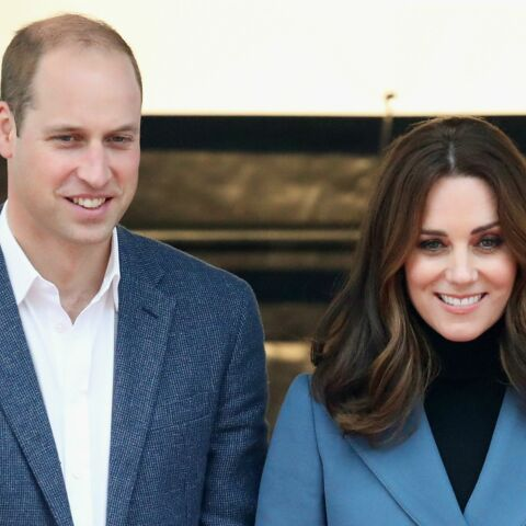PHOTOS – Kate Middleton enceinte surprend en pantalon slim et veste d'officier à 651 € !