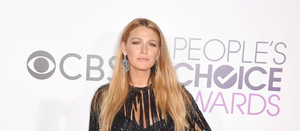 PHOTOS – Blake Lively mise sur la robe noire ultra­courte aux People's Choice Awards