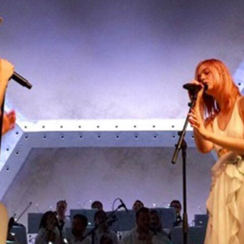 Vidéo – Elle Fanning chante en public pour la première fois, avec son ami Woodkid