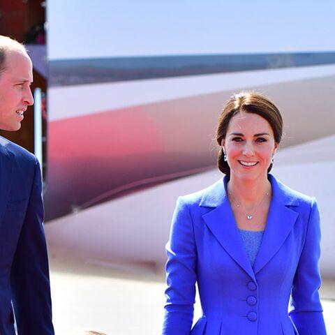 """PHOTOS – Kate Middleton: radieuse et chic en """"bleu Europe"""" pour son arrivée en Allemagne avec sa famille"""