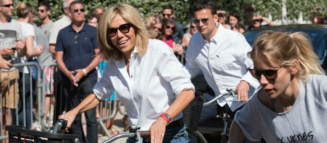 PHOTOS – Brigitte Macron en mini jupe en jean à vélo: les clichés de la Première Dame qui affolent la toile