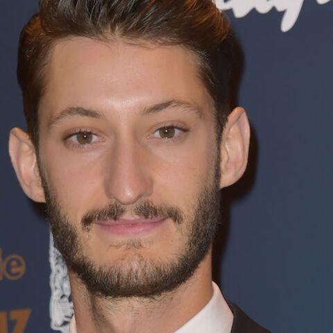 Pierre Niney reçoit une proposition indécente d'une fan qui veut le voir dans un porno, l'acteur répond avec humour