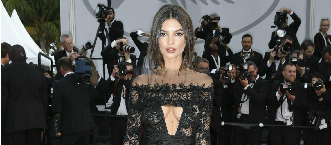 PHOTOS – Torride, Emily Ratajkowski dévoile ses seins à Cannes