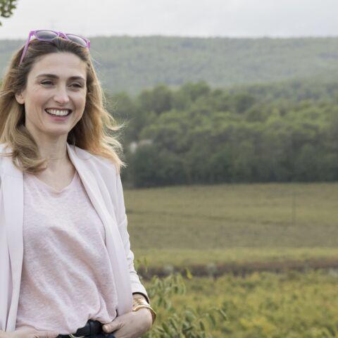 PHOTOS – Julie Gayet, un look décontracté dans les vignobles