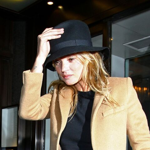 Kate Moss, tête à chapeaux