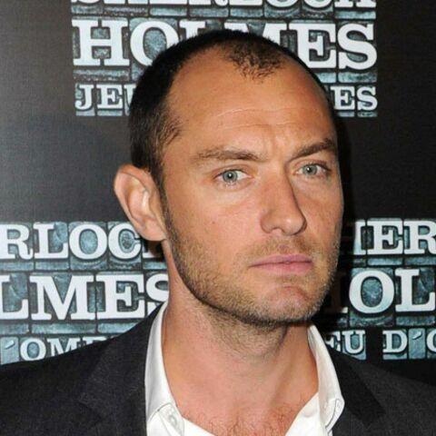 Jude Law enflamme le tapis rouge à Paris