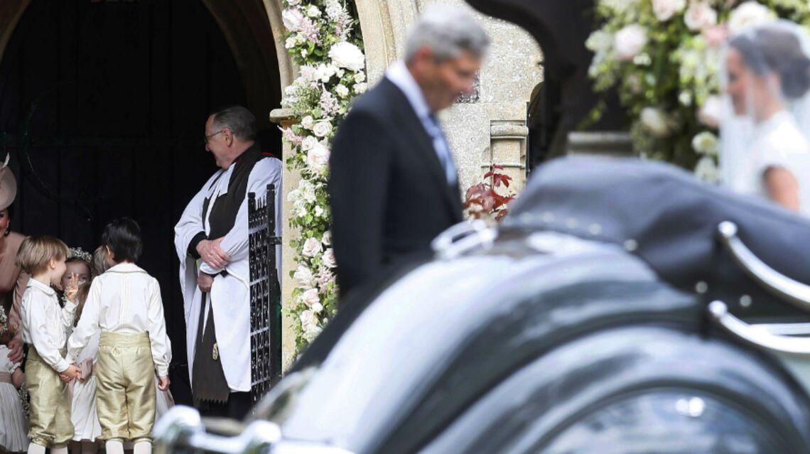VIDÉO – Kate Middleton et le Prince George: une arrivée scrutée par les photographes