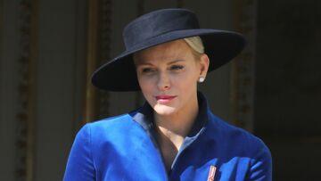 Photos – Charlène de Monaco éblouissante en manteau bleu électrique et chapeau rétro