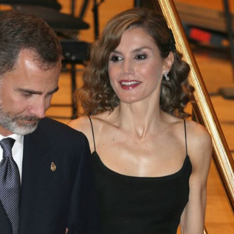 PHOTOS – Letizia d'Espagne, l'élégance sexy dans une robe noire à fines bretelles
