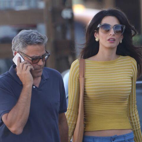 PHOTOS – George Clooney, en tournage, reçoit la visite de sa femme Amal lookée 70's