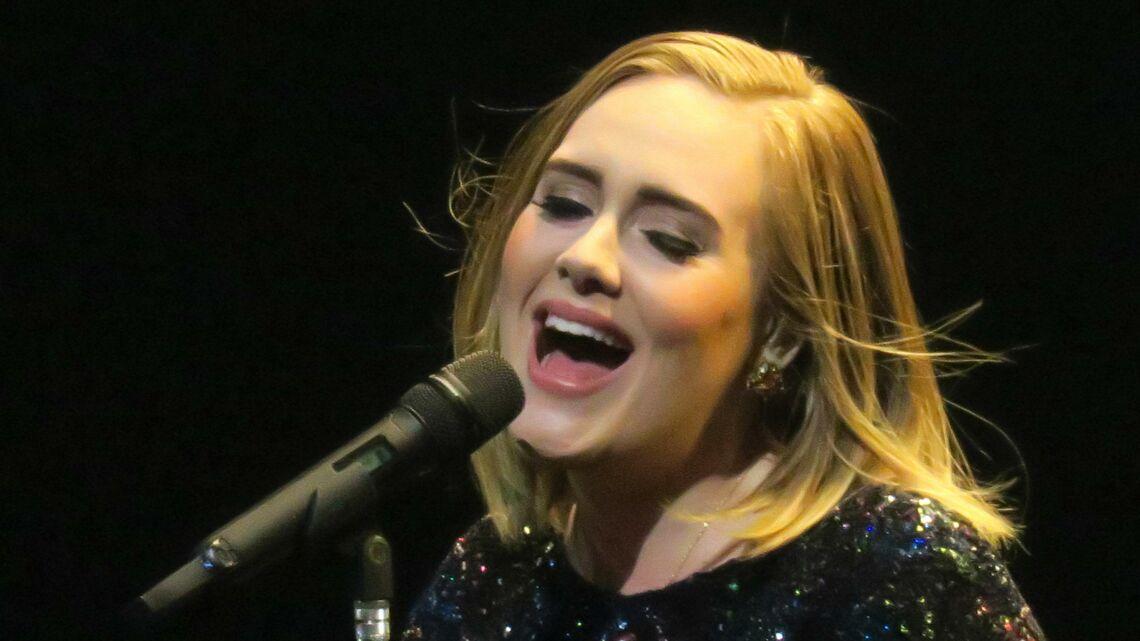 VIDÉO – Adele dédie un concert à Brad Pitt et Angelina Jolie