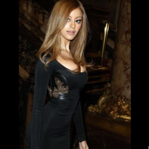 Zahia sophistiquée au défilé Versace