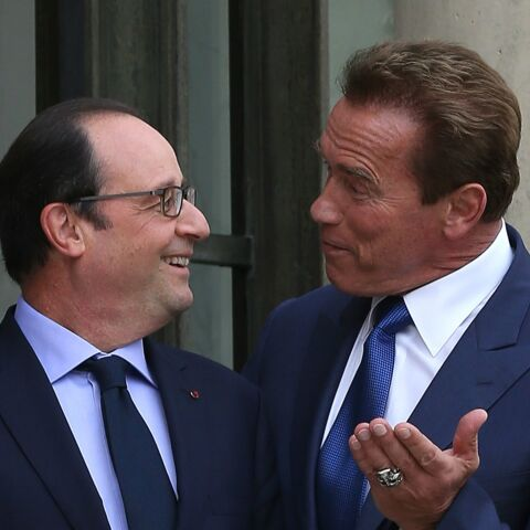 Arnold Schwarzenegger pose un lapin à François Hollande