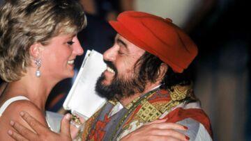 Lady Diana draguée par le ténor Luciano Pavarotti, son ancien garde du corps balance