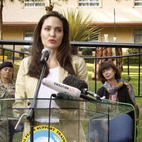 PHOTOS – Angelina Jolie: chic et détendue en tailleur pantalon beige, elle a le look parfait pour l'été