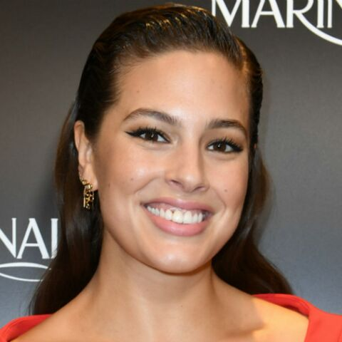 VIDEO – Ashley Graham topless, le mannequin XL cache ses seins avec des bagels