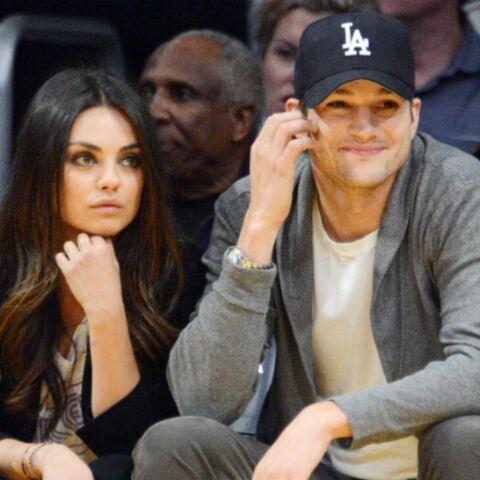 Ashton Kutcher et Mila Kunis ensemble au pied du sapin
