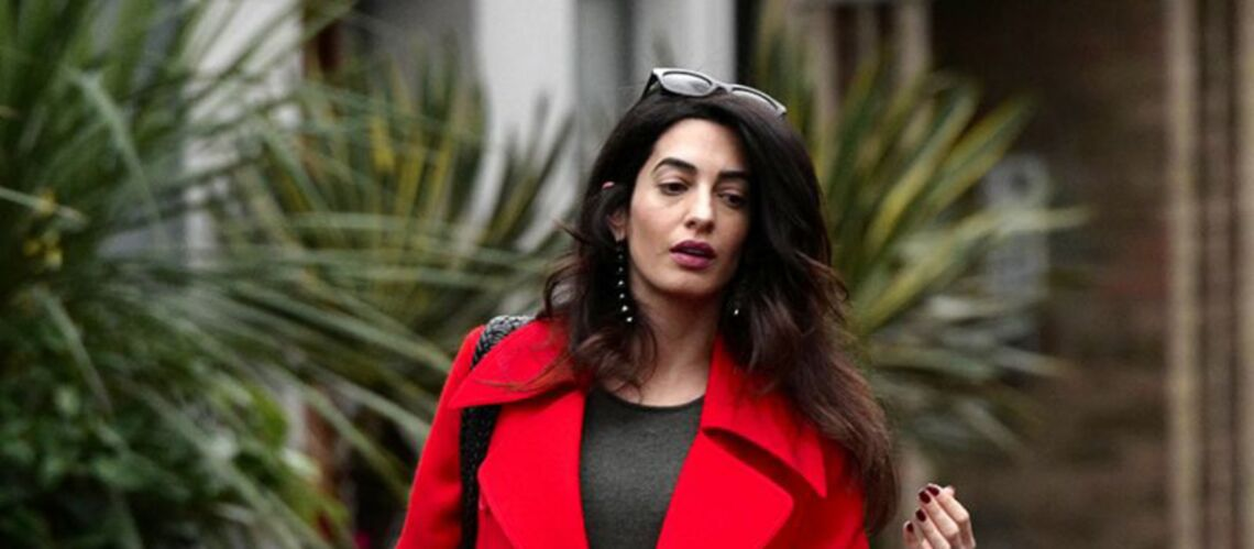 PHOTO – Amal Clooney, enceinte, parade dans un élégant manteau rouge
