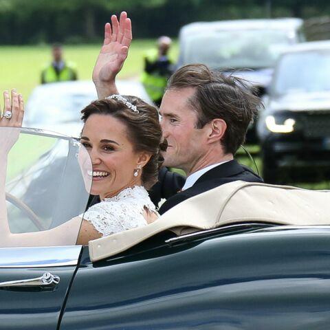 """""""Heureux mais fatigués"""" Pippa Middleton et James Matthews ne sont pas passés inaperçus à l'aéroport"""