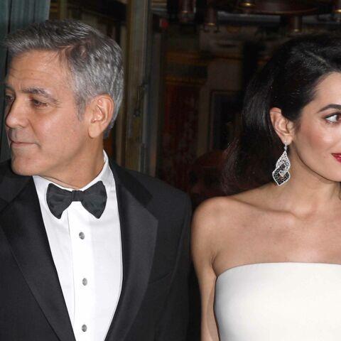 PHOTOS – George Clooney et Amal, enceinte et glamour en robe blanche, sur le tapis rouge des César 2017