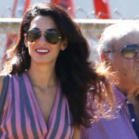 LOOK – Amal Clooney transforme le tournage de son mari en défilé de mode