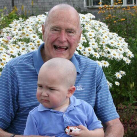 Bush père se rase la tête par solidarité
