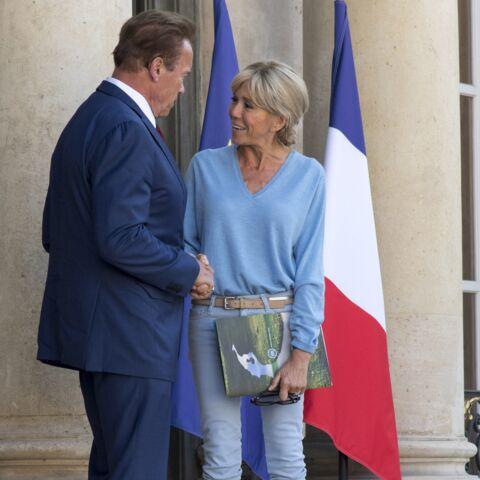 VIDEO – Brigitte Macron accueille Arnold Schwarzenegger en jeans à l'Elysée… son look suscite des commentaires