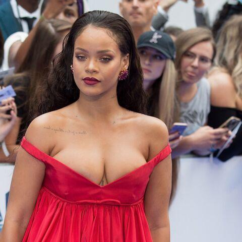 """PHOTOS – Rihanna: dans une robe rouge ultra décolletée, elle embrase le tapis rouge pour l'avant-première de """"Valérian"""""""