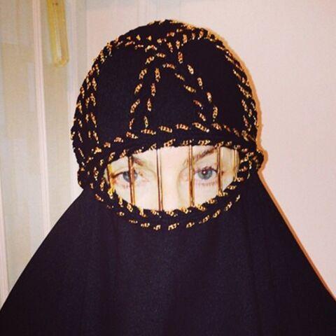 Madonna s'affiche en burqa