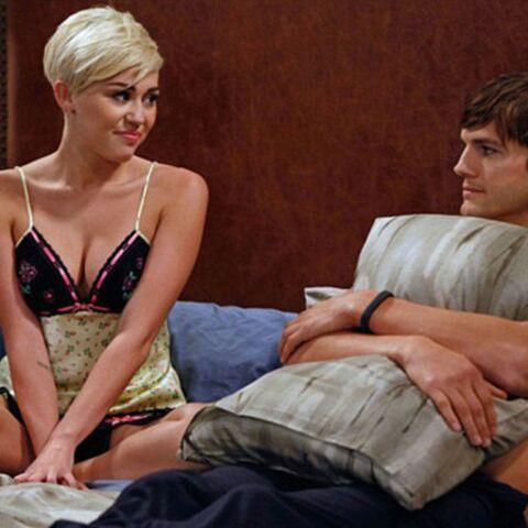 Ashton Kutcher et Miley Cyrus sont dans un lit…