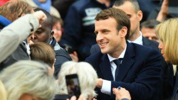 Emmanuel Macron assailli par les badauds devant sa maison du Touquet: un week-end entre famille et travail
