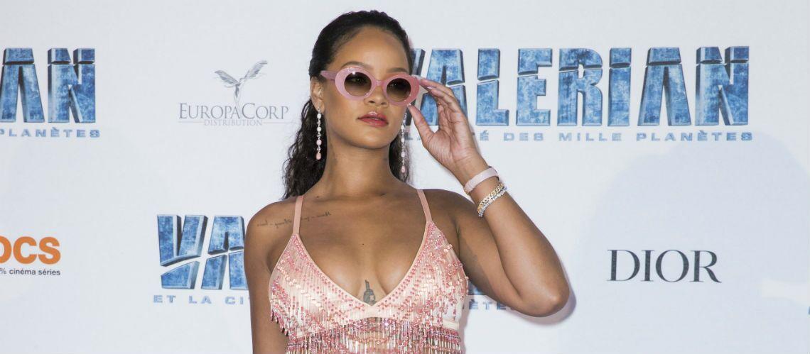 PHOTOS – Rihanna et Cara Delevingne, ultra sexy dévoilent leurs tatouages sur leur décolleté