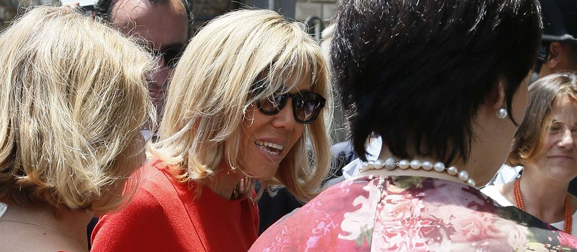 PHOTOS – En jeans slim blanc et top rouge, Brigitte Macron éclipse tout le monde à Taormine