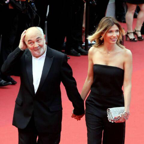 PHOTOS – Gérard Jugnot et sa jeune épouse fous amoureux sur les marches de Cannes