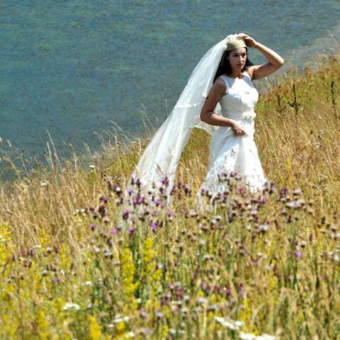 Photos – Monica Bellucci en robe blanche dans la campagne bosniaque