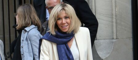 470490bf9507 PHOTOS – Brigitte Macron   pantalon très slim, blazer blanc et écharpe  Louis Vuitton pour