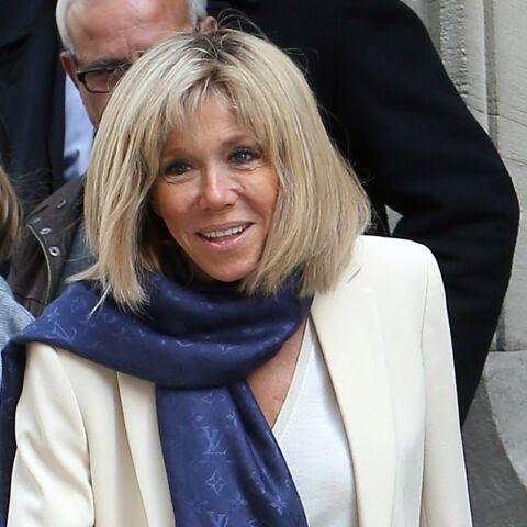 PHOTOS – Brigitte Macron: pantalon très slim, blazer blanc et écharpe Louis Vuitton pour sa visite à Sciences Po