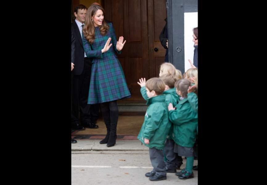 Kate Middleton salue les enfants de l'école St Andrews
