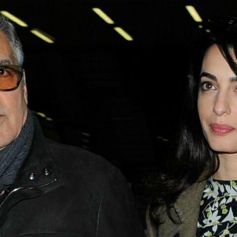 PHOTOS – George et Amal Clooney, enceinte de jumeaux, en robe à fleurs à Londres