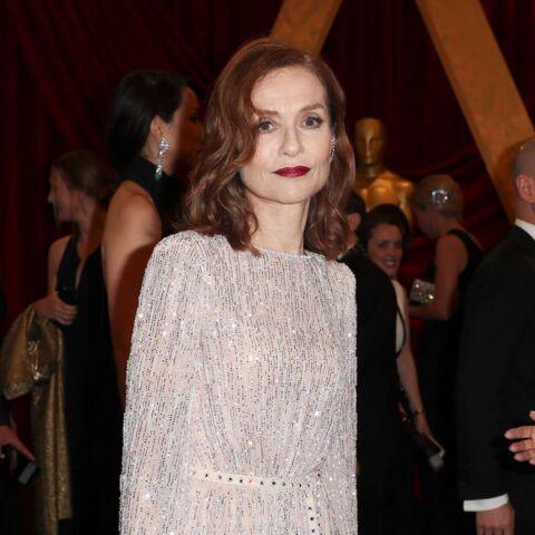 PHOTOS – Isabelle Huppert, à défaut de l'Oscar de la meilleure actrice, a séduit toute la presse avec son look aux Oscars