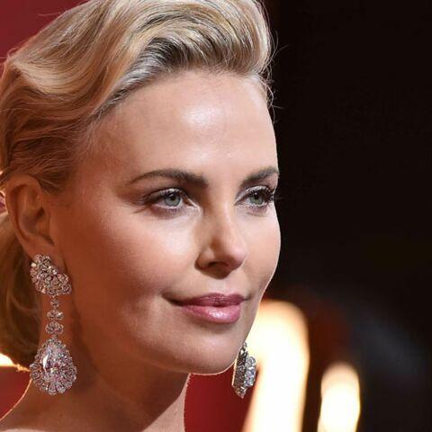 PHOTOS – Charlize Theron éblouissante, en robe lamée et fendue, aux Oscars