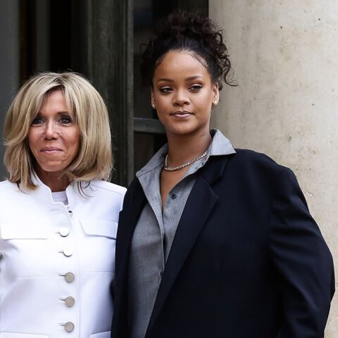 PHOTOS – En jean slim et talons hauts, Brigitte Macron séduit face à Rihanna