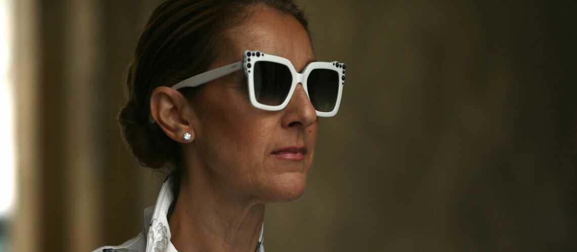 PHOTOS – Céline Dion: en perfecto et jean déchiré, elle s'offre une virée shopping lingerie chez Fifi Chachnil